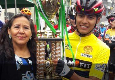 Alcaldesa entrega trofeo al ganador de la 1ra. Etapa Doble Arequipa-Mollendo